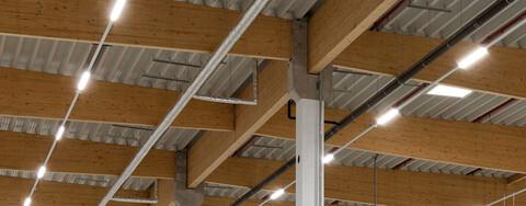 Wirtschaftlich, ökologisch, ansprechend: Köster verbaute eine Dachkonstruktion mit sichtbaren Holzbindern. Investoren, die eine Zertifizierung ihres Gebäudes durch die Deutsche Gesellschaft für Nachhaltiges Bauen (DGNB) anstreben, erzielen diese bei Einsatz dieser Konstruktion leichter als beispielsweise mit einem Betontragwerk.