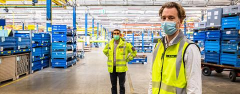 Stefan Bastian, Projektleiter bei Köster am Standort Bielefeld, und Björn Evers, Leitung Werkplanung bei Claas, (v.l.n.r.) besichtigen die derzeit noch in Betrieb befindliche Produktionshalle, die ab Sommer erneuert wird.