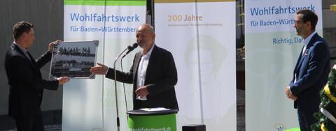 Foto (v.l.n.r.): René Tiedge, Mitglied der Geschäftsführung beim Wohlfahrtswerk für Baden-Württemberg, Wolfgang Richter, Geschäftsführer Köster, und Felix Bender, Bereichsleiter Projektbau bei Köster.