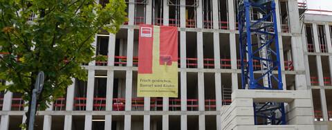 Frisch gestrichen: neue Baustellenplakate machen Markenumstellung sichtbar