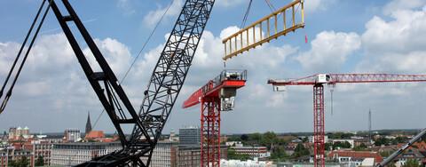 Stahlträger für gläserne Schallschutzwände am Hauptbahnhof eingesetzt