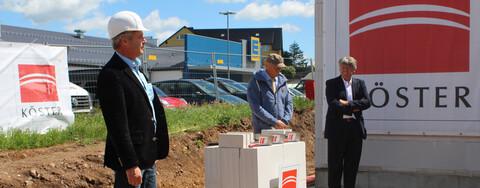 Foto v. l.:  Tino Lörinc, Köster GmbH, Thomas Kirsten, Bürgermeister Stadt Altenberg, und Dr. Matthias Faensen, advita Pflegedienst GmbH.