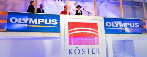 Foto (v.l.n.r.): Günther Langer, Köster-Geschäftsführer Hochbau Nord, Dr. André Roggan, Geschäftsführer Olympus, Köster-Auszubildender Jannik Wolter und Oberpolier Thomas Sonnenberg aus dem Köster-Geschäftsbereich Hochbau Hamburg.