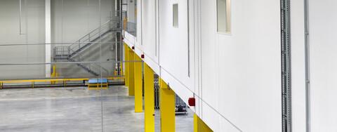Das zentrale Hallenbüro wurde in Trockenbauweise errichtet. Der Mezzanineinbau kann für eine spätere Drittnutzung der Immobilie geöffnet und ebenfalls mit Lagerware bestückt werden.