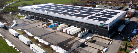 Die Photovoltaikanlage versorgt die zahlreichen Flurförderzeuge
