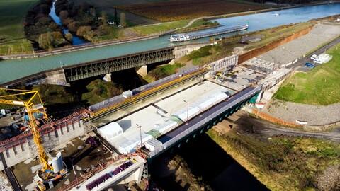 Bauarbeiten an der temporären Ems-Brücke