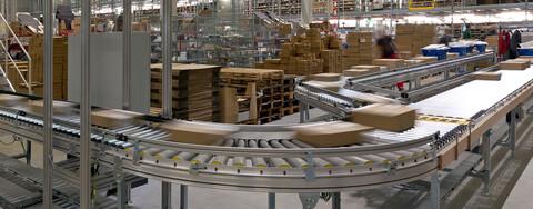 In einigen Hallenbereichen begann Fiege bereits nach fünf Monaten Bauzeit mit dem Aufbau der Regulierung und Fördertechnik