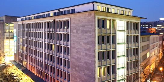 Motel One GmbH, Essen: Schlüsselfertiger Umbau des Herold-Hauses zu einem Hotel mit 217 Zimmern.