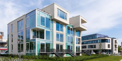 Außergewöhnliche Wohngebäude mit großen Glasfronten